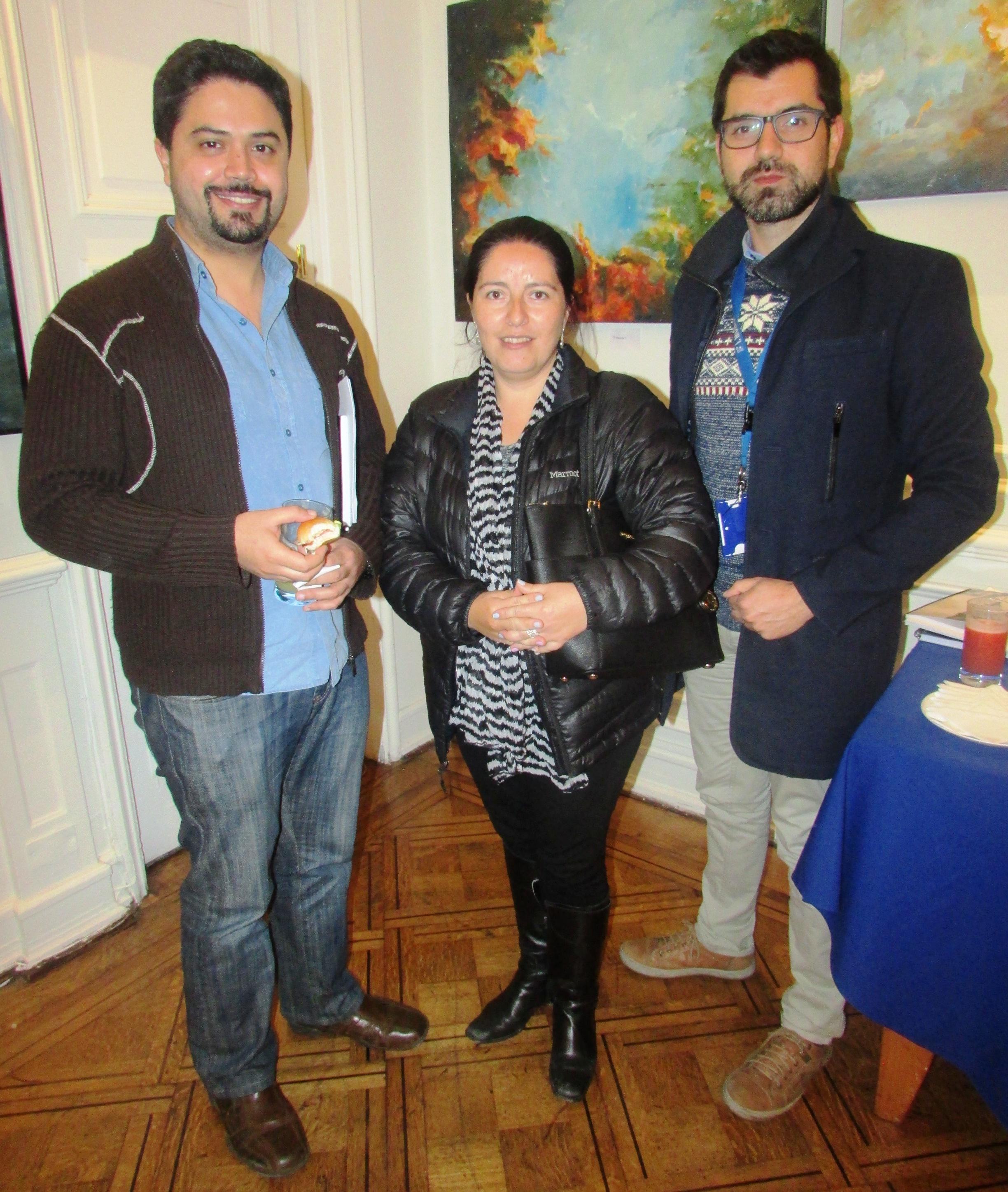 De izq. a der.: Dr. Fabian Navarro Gómez; Dra. Carla Squella Jara, presidenta Capítulo H. Sótero del Río; Dr. Pablo Contreras.