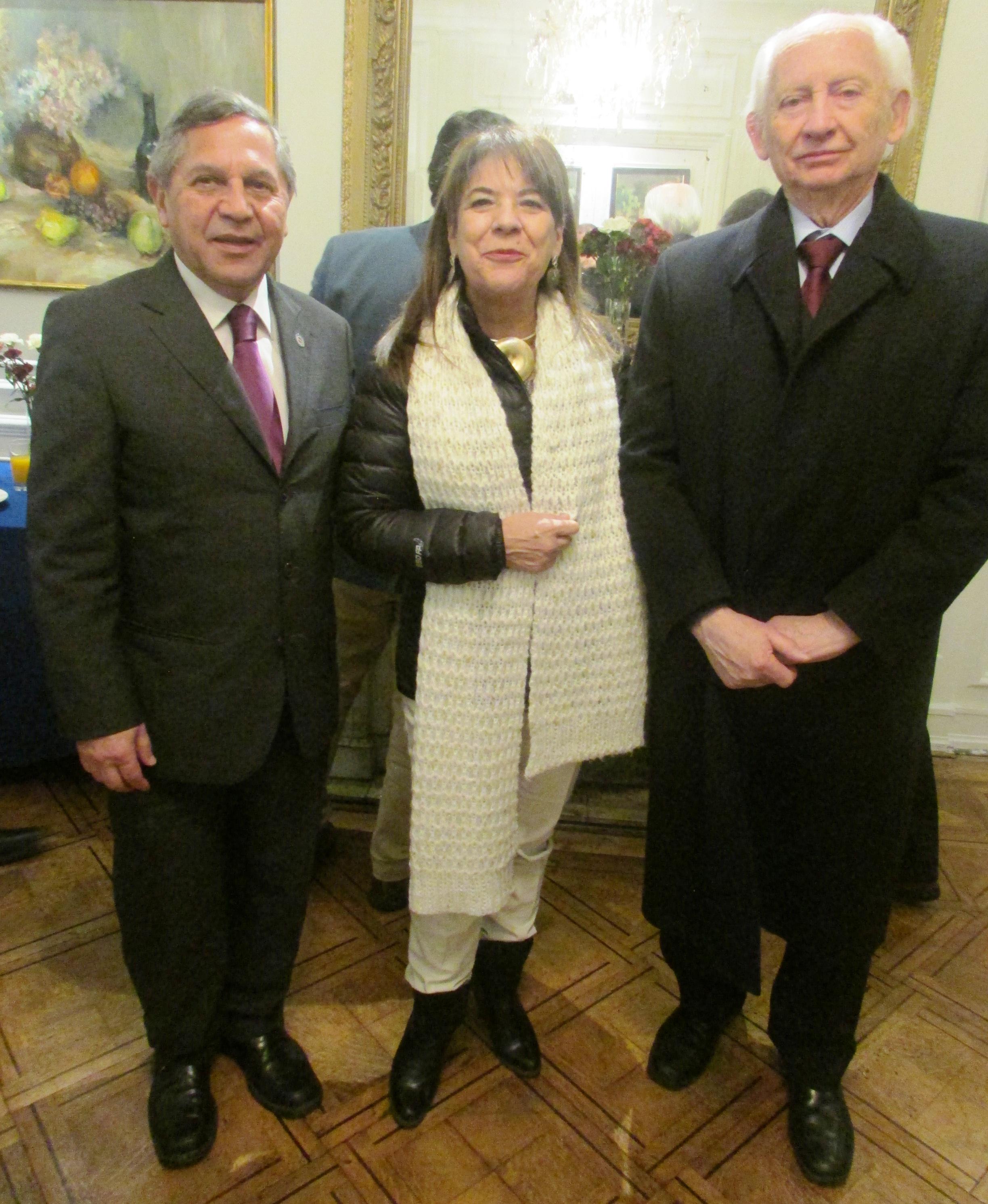 Los consejeros nacionales, Dr. Milton Ramos Miranda (izq) y Dr. Rolando Schulz Vidad (der.) junto a la presidenta de la Sociedad de Odontopediatría, Dr. Sonia Echeverría L.