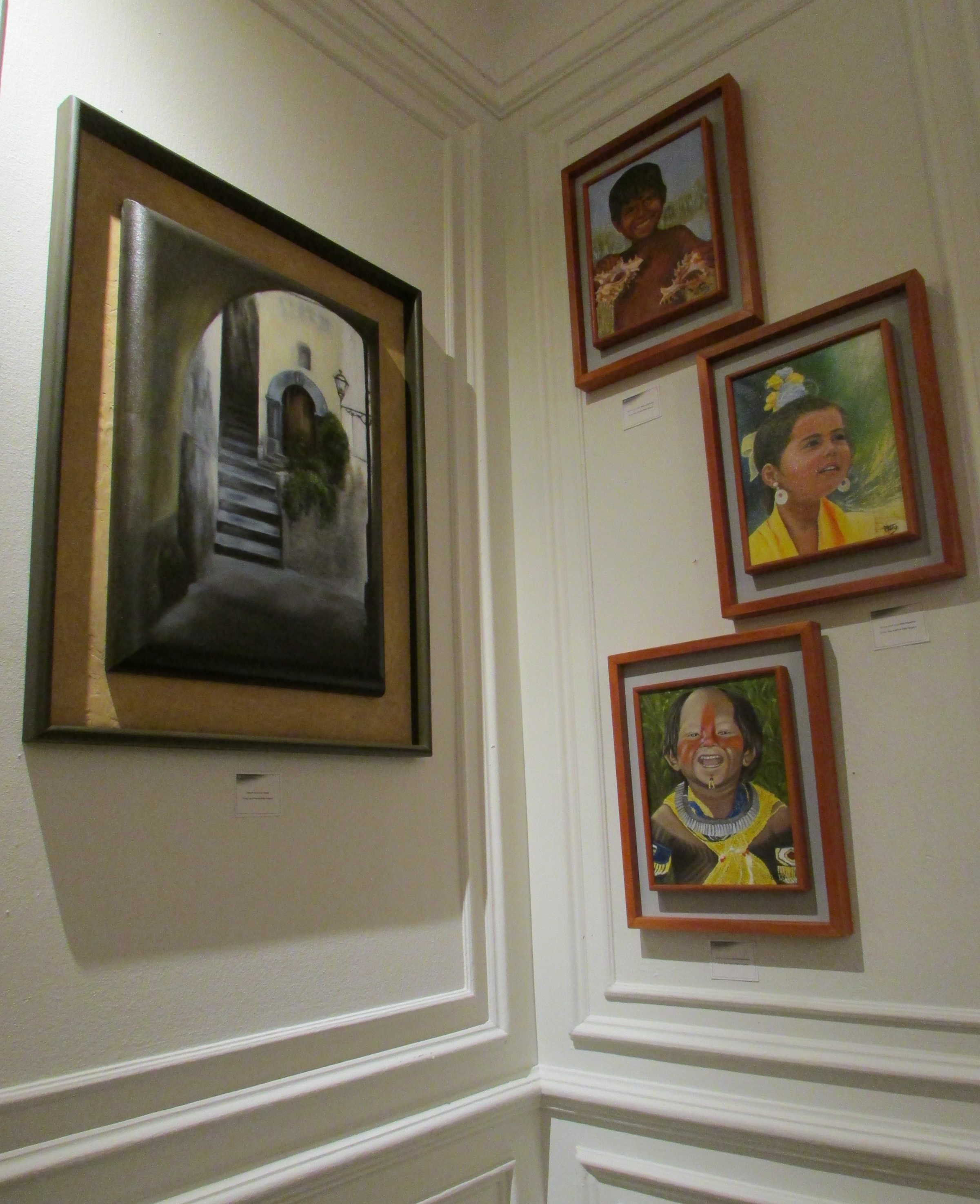 Parte de la muestra de pinturas al óleo de la Dra. Patricia Véliz Vergara.