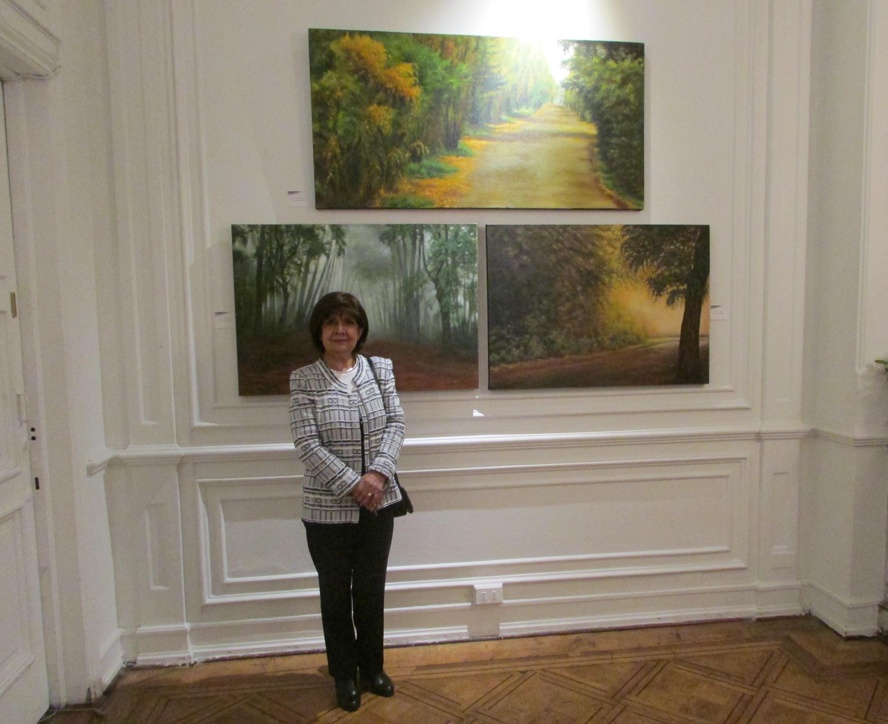 La artista junto a algunas de sus obras.