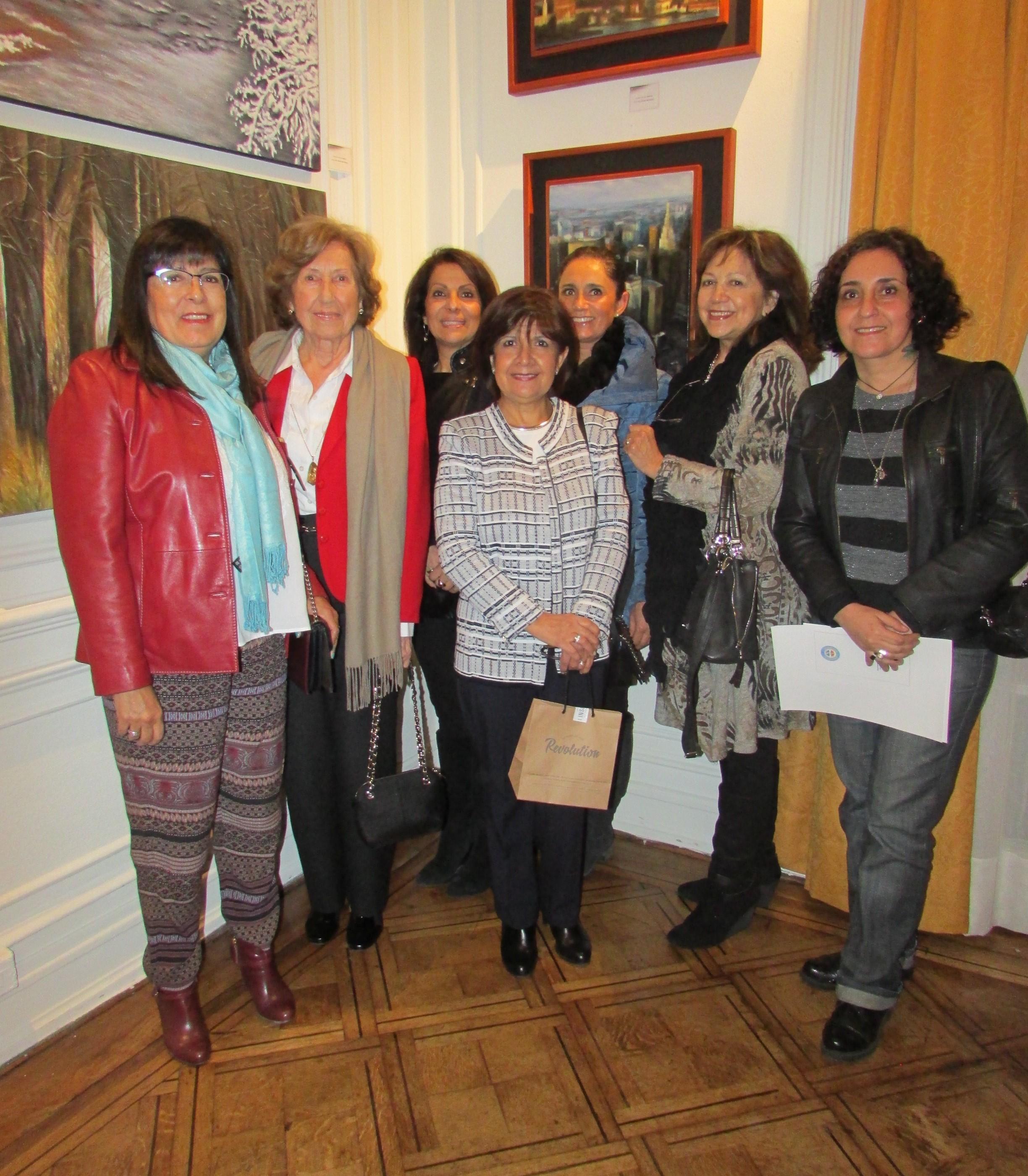 La artista, Dra. Patricia Véliz, con sus compañeras y profesora del taller artístico otradimension.cl