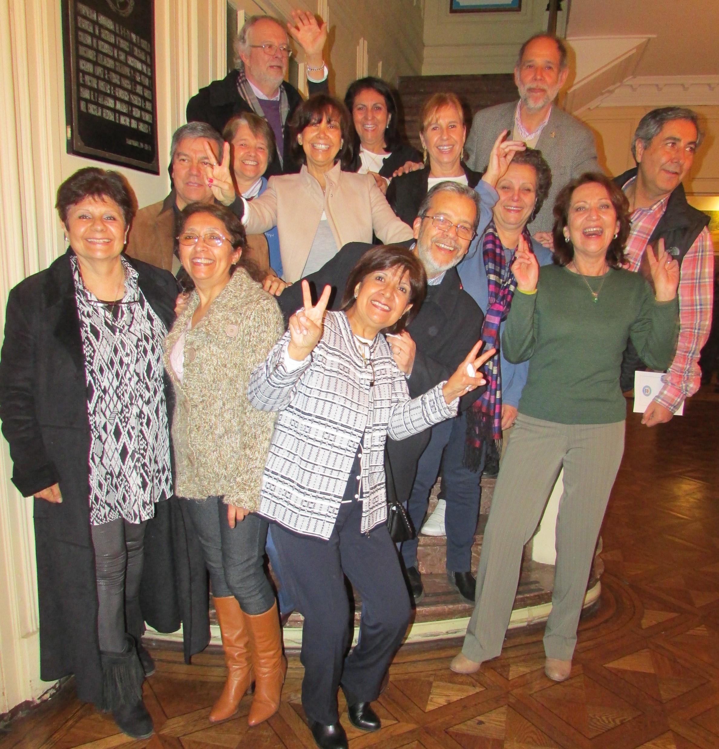 Doctora Véliz junto a sus compañeros de generación (1973) de la Escuela Dental de la Universidad de Chile.