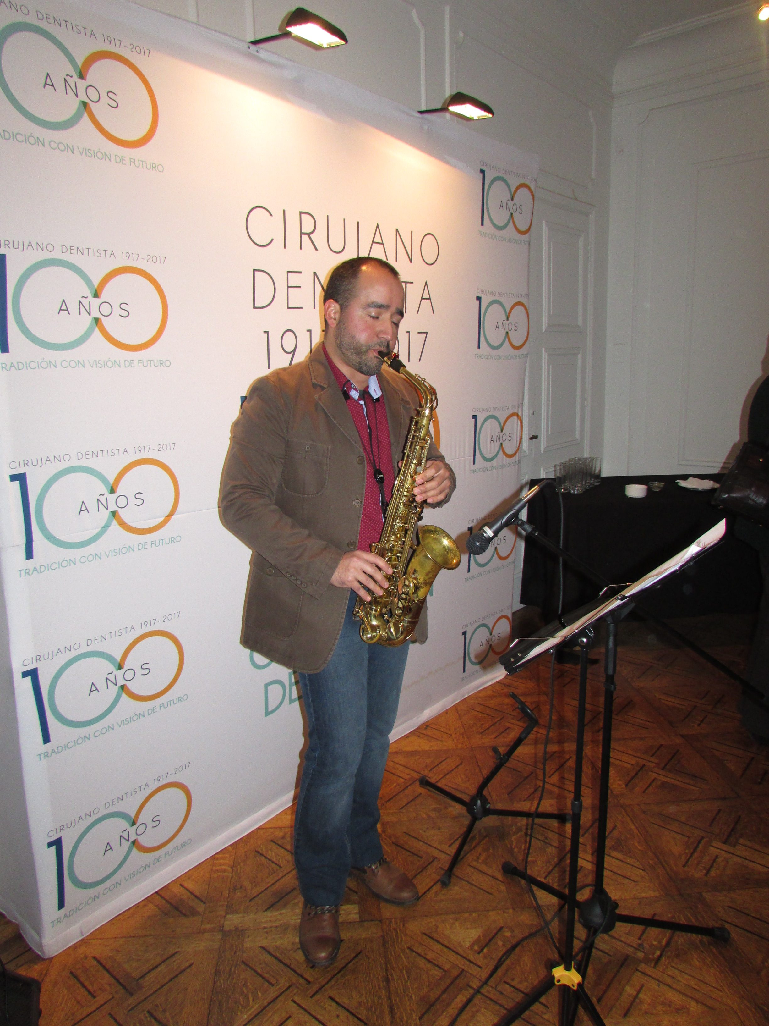 Doctor Mauricio Parra dando el toque musical con su saxofón
