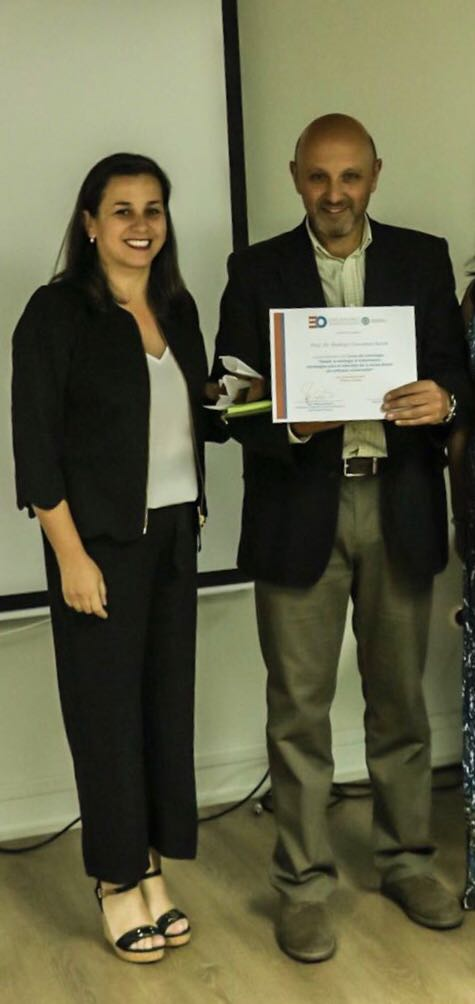 Presidenta del Regional Iquique, doctora Patricia Cuevas con el expositor, doctor Rodrigo Giacaman
