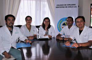 De izq. a der. aparecen Dr. Gonzalo Ordenes (secretario), Dra. Pamela Fonteneau (vicepresidenta), Dra. Patricia Cuevas ( Presidenta), Dr. Cristian Herrera (consejero) y Dr. Gonzalo Sáez (Tesorero).